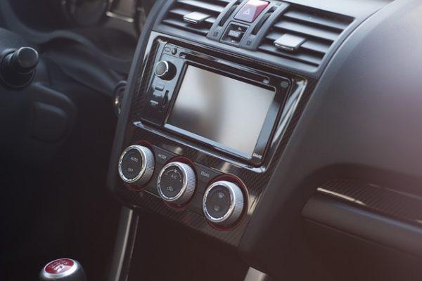 Multimediasystem in einem Fahrzeug mit schwarzer Innenausstattung