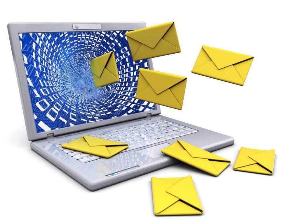 Briefe fliegen aus Laptop