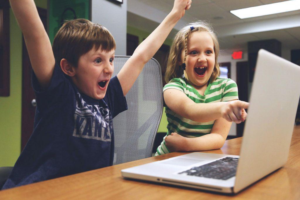 Kinder freuen sich über PC
