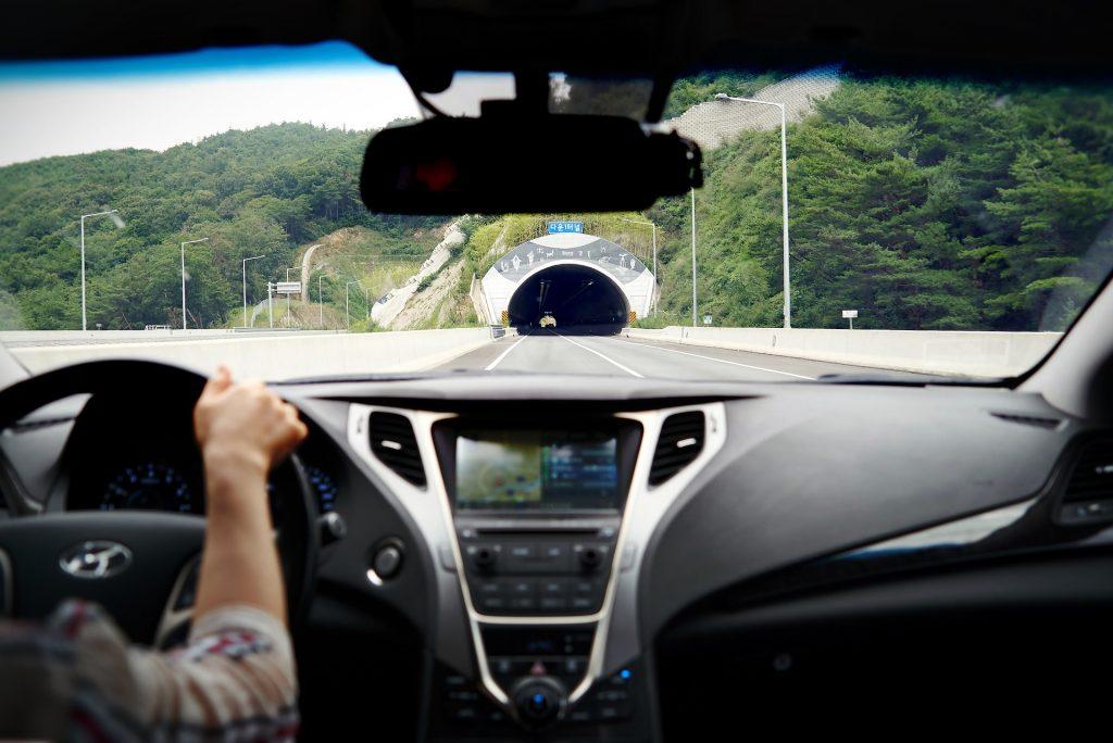 Fahrzeug und Tunnel
