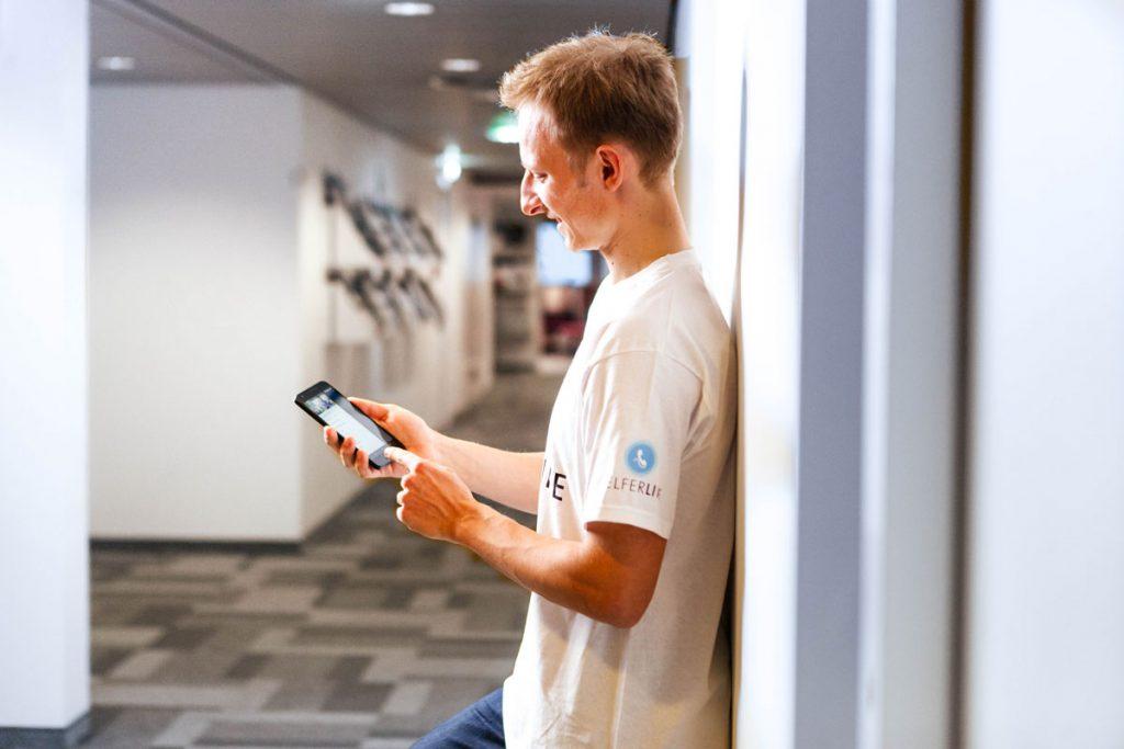 Computerexperte mit Smartphone