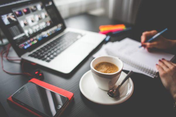 Espresso am Arbeitsplatz mit Laptop