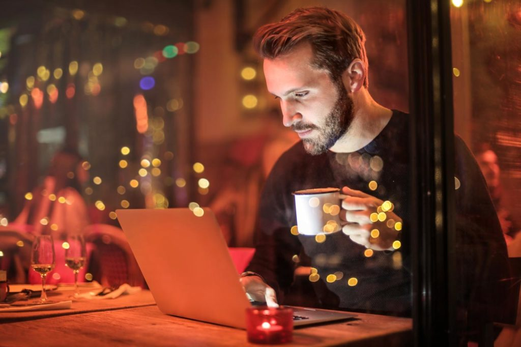 Mann mit Windows Laptop und Kaffee